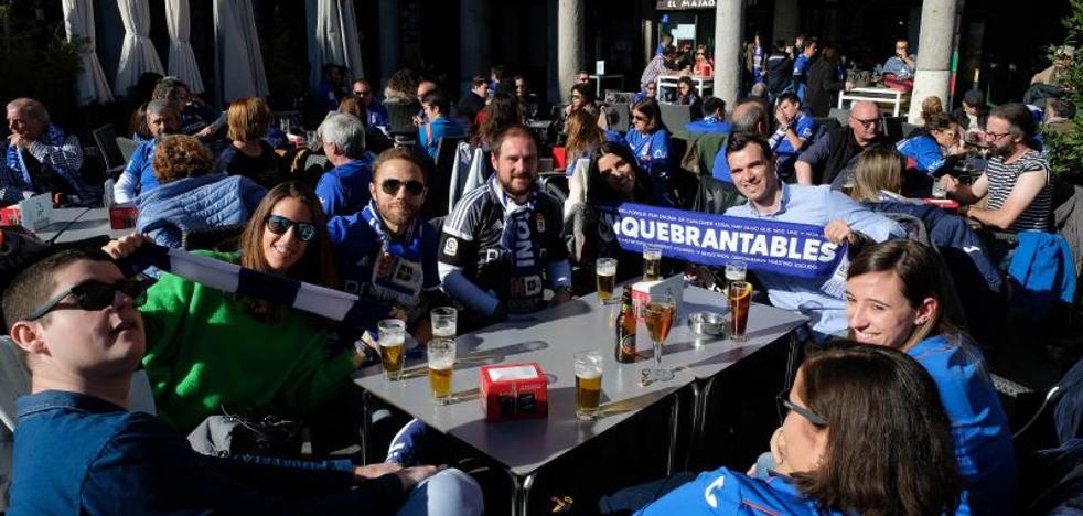Miles de aficionados asturianos tiñen de azul el centro de Valladolid