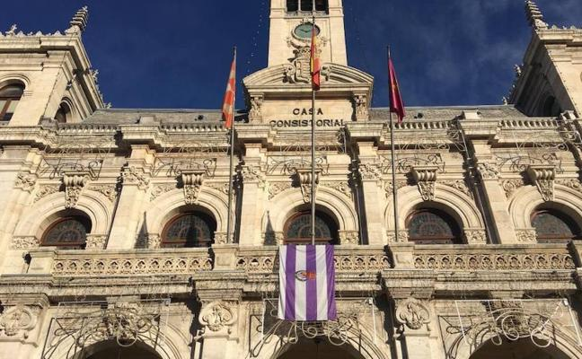 La bandera del Pucela ondea en el Ayuntamiento