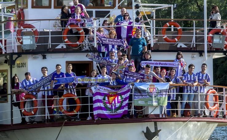 Los aficionados del Real Valladolid animan al equipo desde la 'Leyenda del Pisuerga'