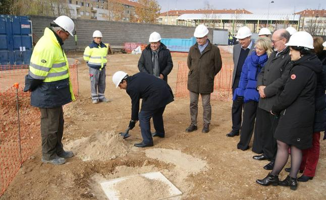 El alcalde de Arroyo pone la primera piedra de la Casa de la Música y el Teatro