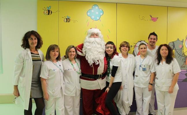 Los niños del hospital Río Hortega disfrutan de la visita de Papá Noel