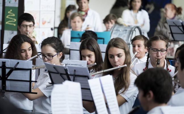 Jóvenes de Arroyo llevan su Navidad musical al hospital Río Hortega