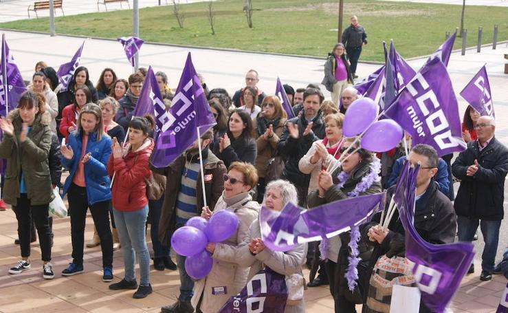Concentración en el ayuntamiento de Arroyo con motivo del Día de la Mujer