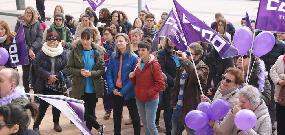 Un centenar de personas se concentran en La Flecha con motivo del Día de la Mujer