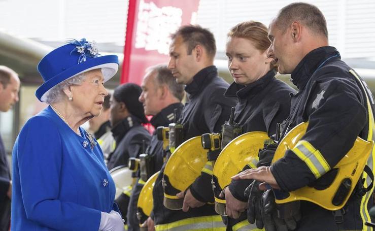 Isabel II visita el barrio donde se quemó una torre residencial