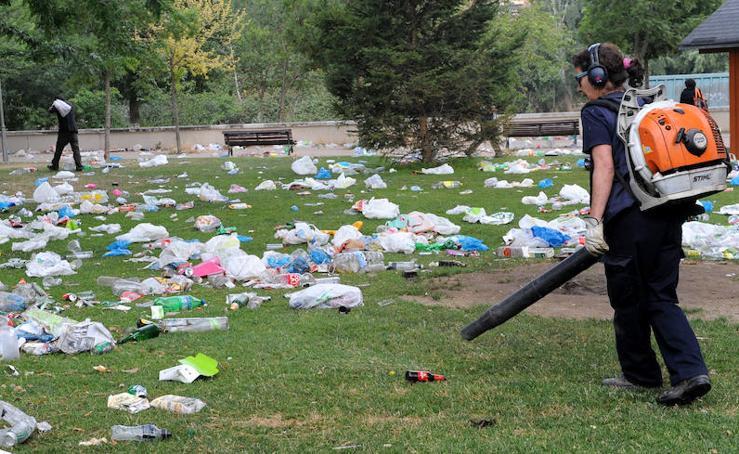 Los operarios del Ayuntamiento limpian la Playa de las Moreras después de la noche de San Juan