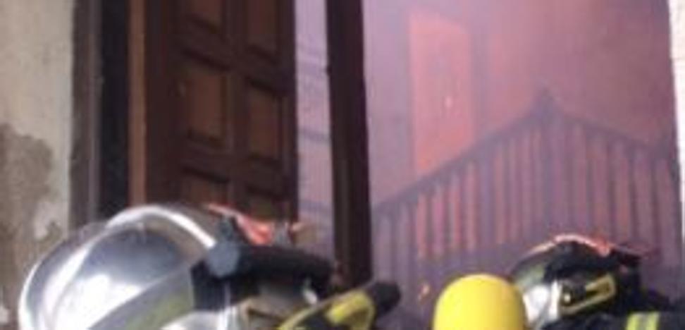 Los Bomberos apagan un incendio en una vivienda deshabitada en Valladolid