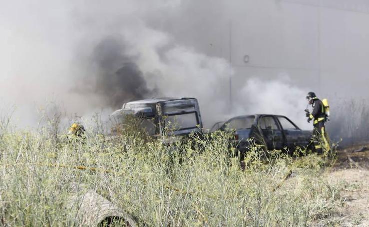 Arden dos coches en Palencia