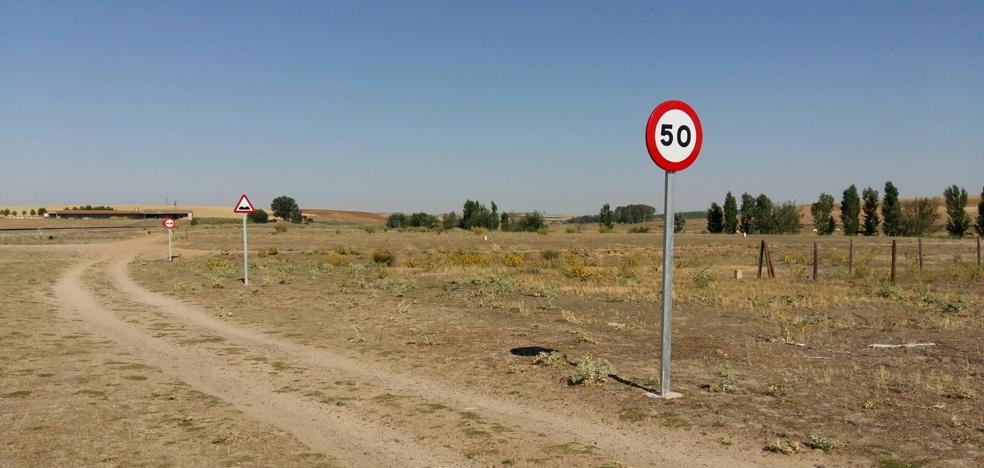 Tres señales de tráfico en cien metros de un camino de tierra