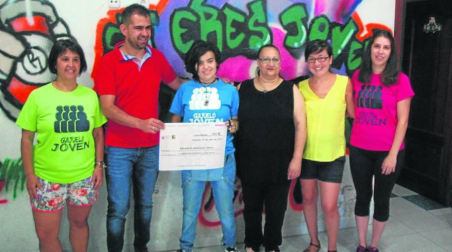 Entrega de la recaudación de las pulseras solidarias de Guijuelo Joven a Elizabeth Redondo