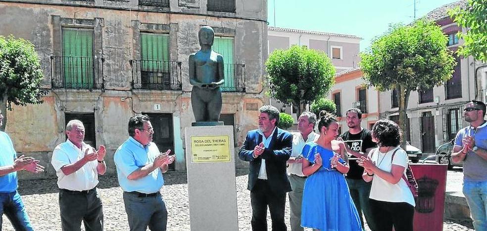 Celso Lagar se hace presente en la calle con la colocación de su obra 'Rosa del Thebas'