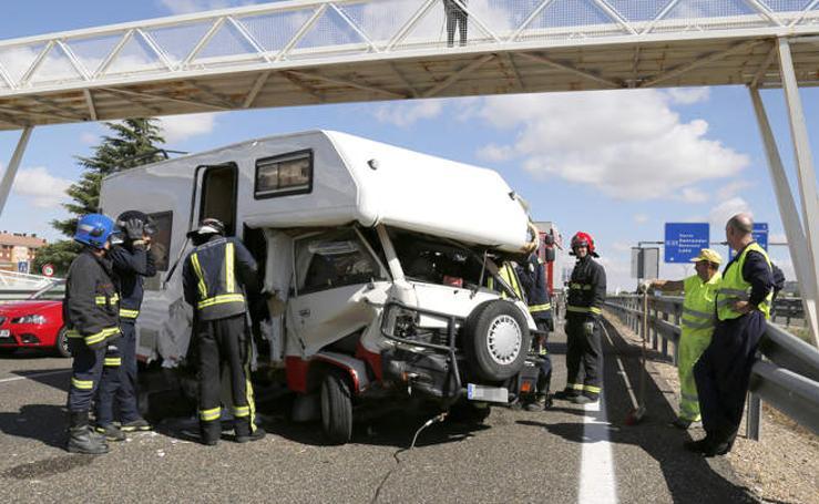 Una autocaravana impacta con una cosechadora en la A-67, a la altura de Villamuriel de Cerrato