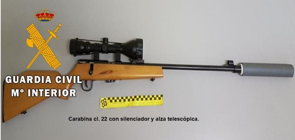 Intervienen una carabina con silenciador y mira telescópica en un control en Salamanca