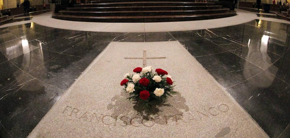 Expulsan a un arqueólogo del Valle de los Caídos por retirar flores de la tumba de Franco