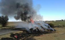 Arde un tractor cargado de pacas de paja en Villasirga