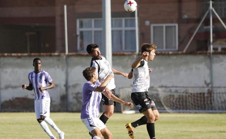 Partido de fútbol amistoso entre el Palencia Cristo Atlético y el Real Valladolid-B