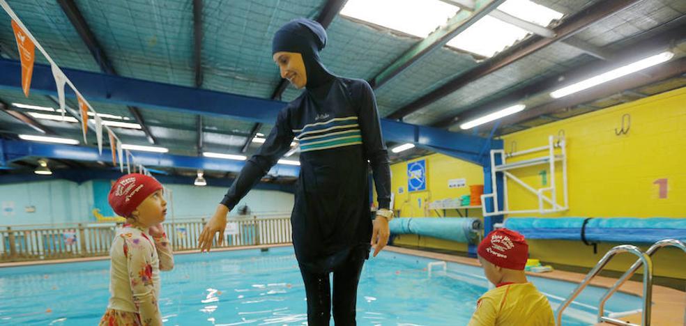 Una mujer con burkini obligada a pagar la desinfección de una piscina