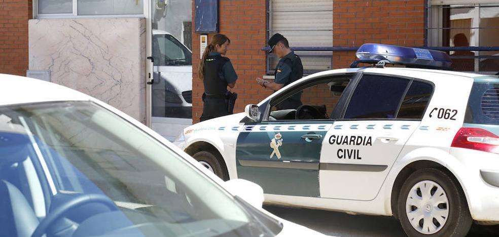 Se atrinchera en un domicilio en Venta de Baños y amenaza a la Guardia Civil si entra a detenerle