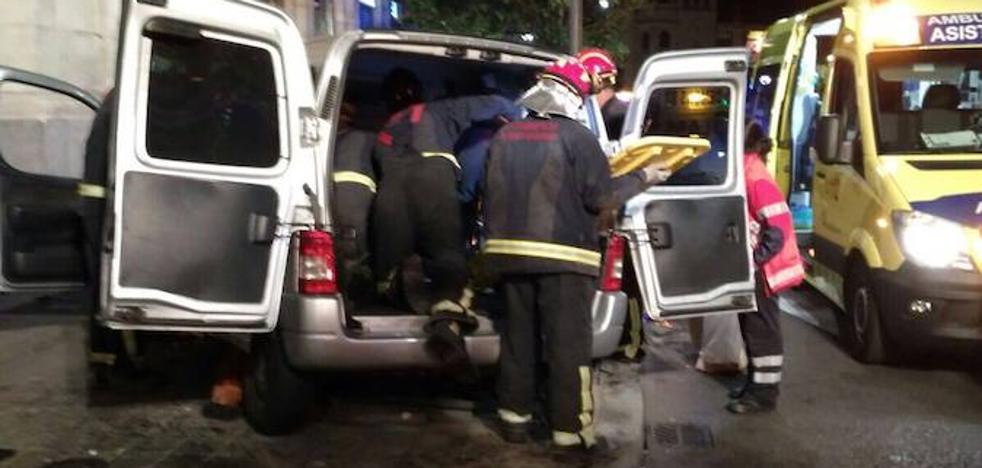 Trasladado a un hospital tras chocar su furgoneta contra una farola en Valladolid