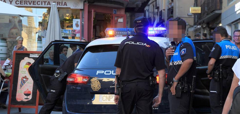 Una mujer con un cuchillo ataca a viandantes en plena Calle Real