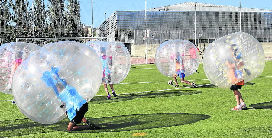 Deporte y cine al aire libre en el primer día de fiestas de la localidad