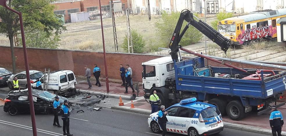 Un conductor choca contra dos farolas, un árbol y dos coches en la Avenida de Segovia