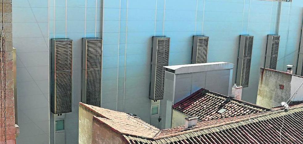 Los vecinos del Corona sufren temperaturas cinco grados más altas por la presencia del hotel