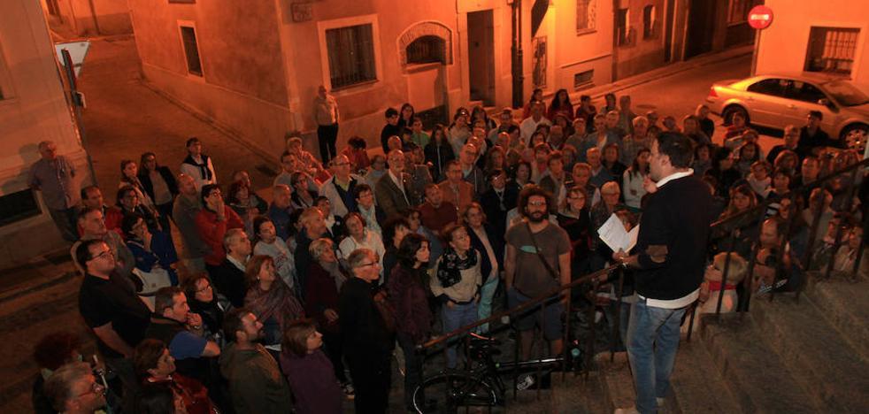 200 personas en el paseo nocturno en torno a 'La Casa del Crimen'