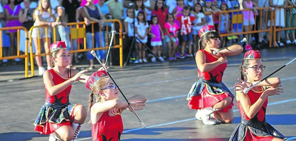 Las majorettes dan ritmo y colorido a las fiestas en honor de San Roque