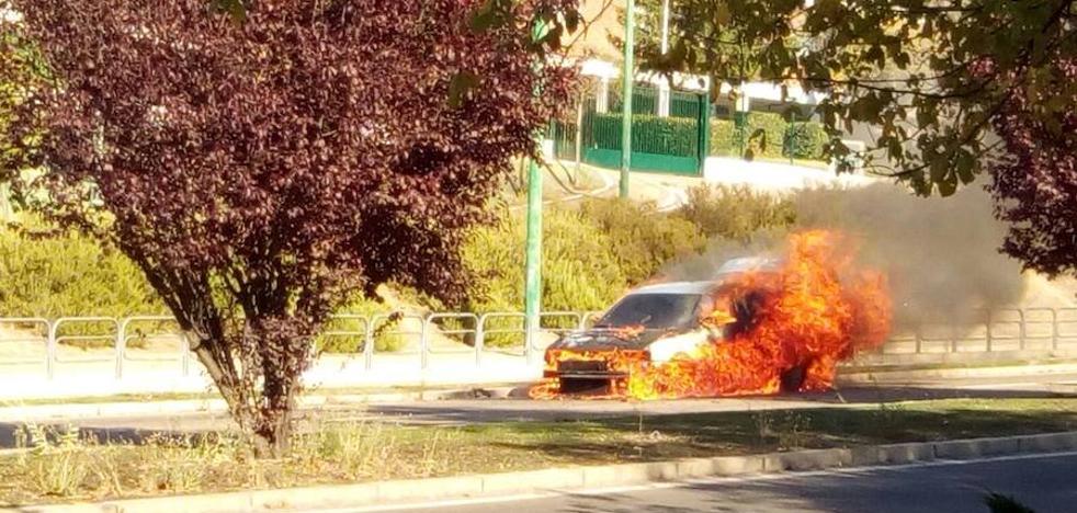 Los Bomberos sofocan el incendio de un coche frente al cuartel de San Isidro