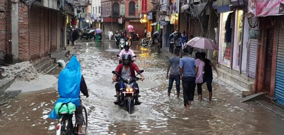 Sesenta y nueve turistas españoles atrapados por las inundaciones en Nepal