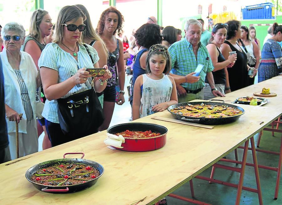 Un concurso de paellas reúne al pueblo para comer