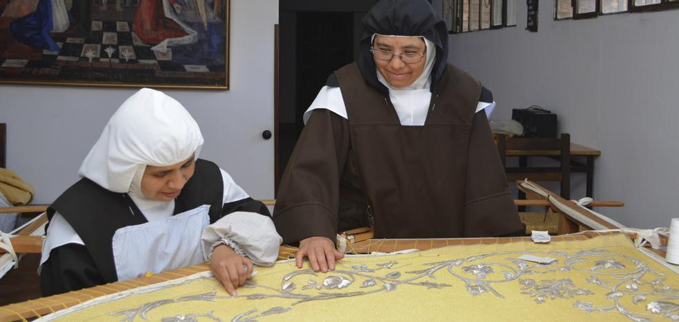Las carmelitas de Carrión tejen el manto de la patrona de Valladolid