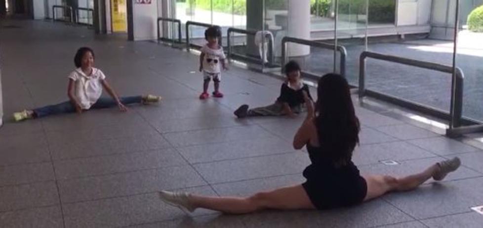La improvisada y divertida clase de Almudena Cid a unas niñas japonesas