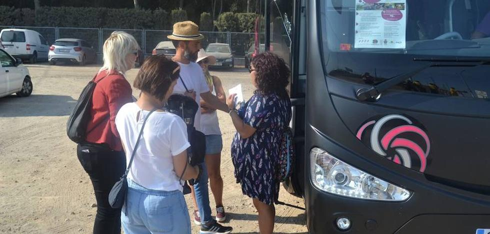Un centenar de festivaleros se suben al Bus del Vino en busca de experiencias enoturísticas