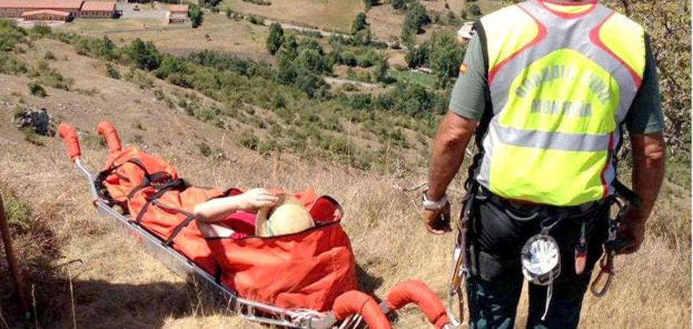 Rescatan a una senderista que se fracturó en ambos tobillos en León