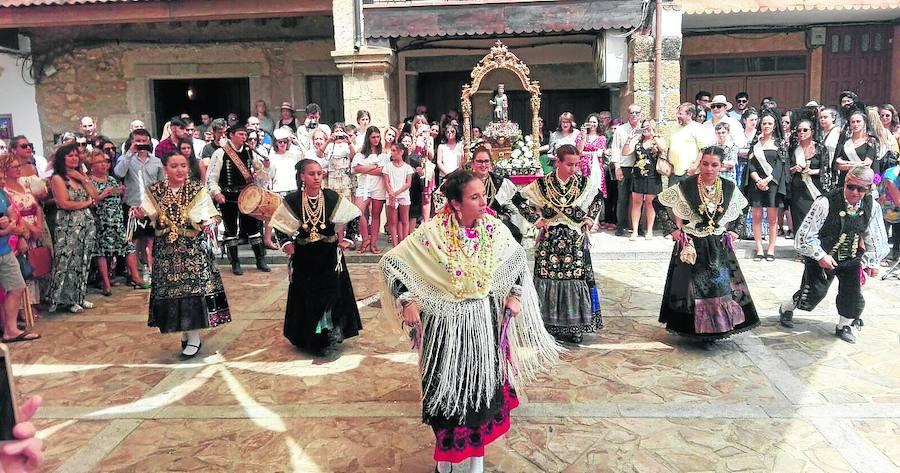 La Virgen del Robledo recorre las calles del municipio acompañada de los fieles