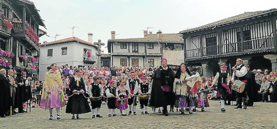 El párroco junto a niños de corta edad arrancan los aplausos del público