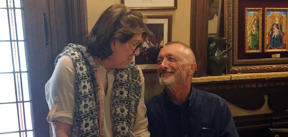Arturo Pérez-Reverte disfruta de la gastronomía segoviana