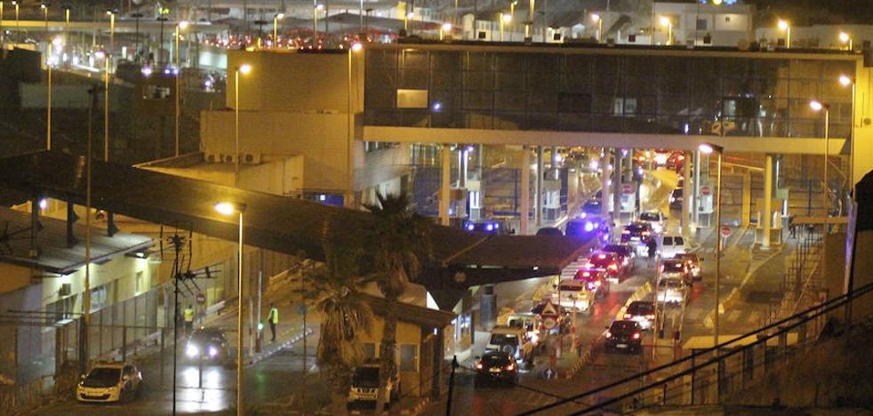 Dispersan a cientos de inmigrantes cerca de la frontera de Ceuta
