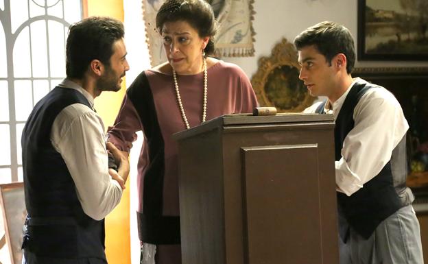 Prudencio le cuenta a Francisca la relación de Saúl y Julieta, en 'El secreto de Puente Viejo'