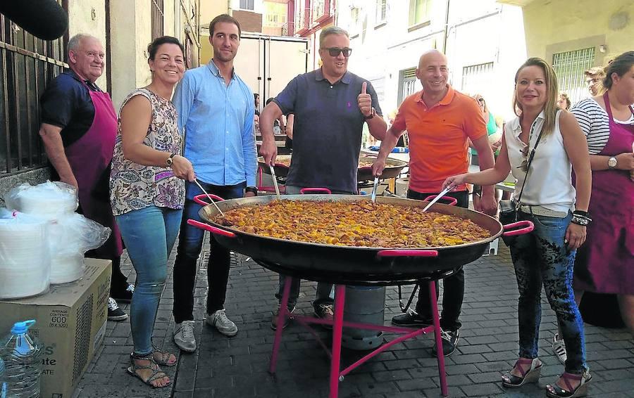 Paella y toros a la espera del concierto estelar de las fiestas a cargo de Melendi