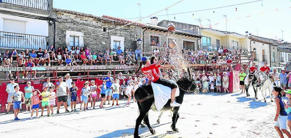 La rotura de los cántaros y el Baile de la Rosca para iniciar las Fiestas del Toro