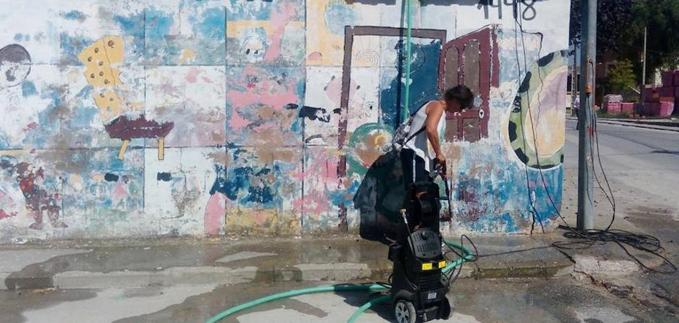 Mujeres de Vallelado embellecen un espacio degradado por las pintadas