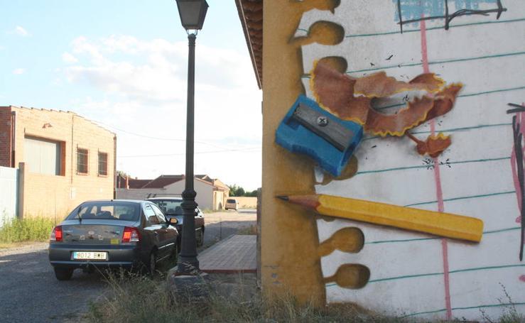 'Graffitis' murales decoran las fachadas de Nava de la Asunción