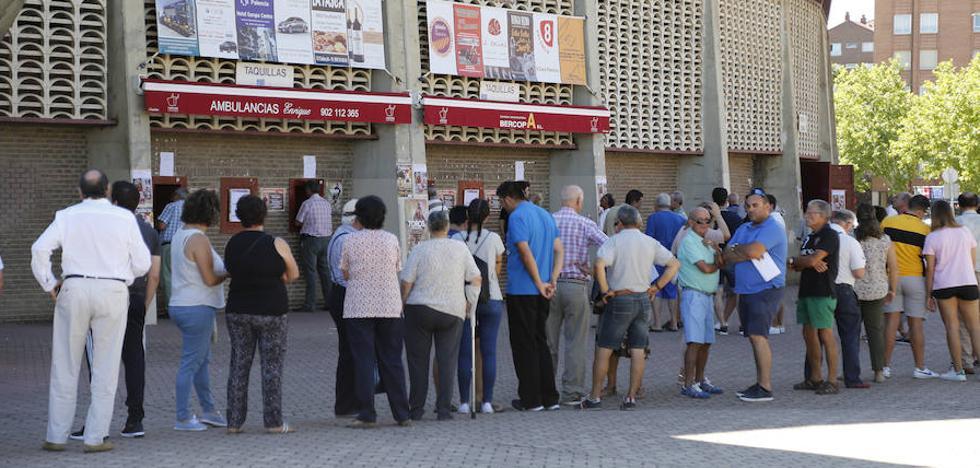 Largas colas para adquirir los primeros abonos de la feria taurina de Palencia