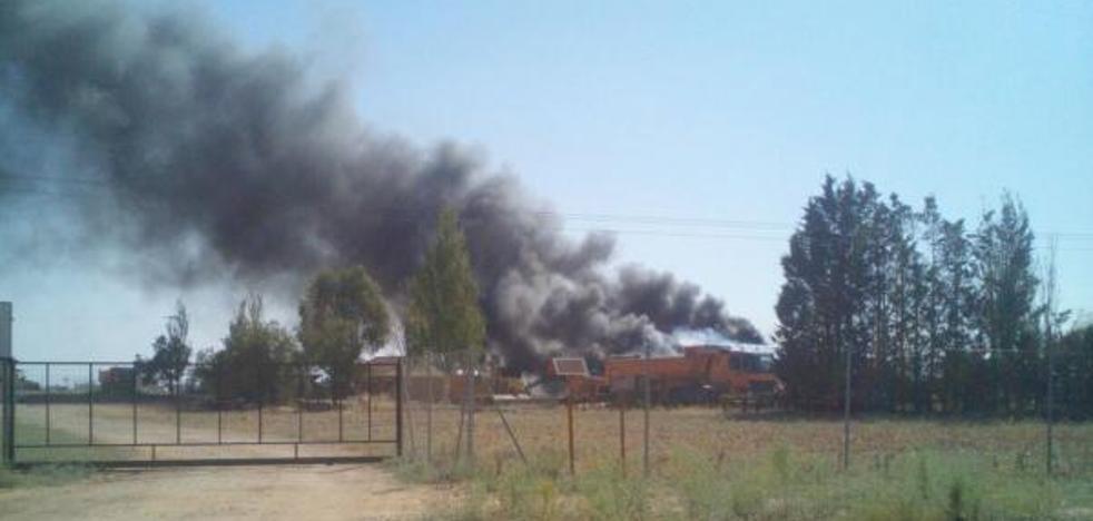 Un incendio arrasa una nave industrial en Cigales