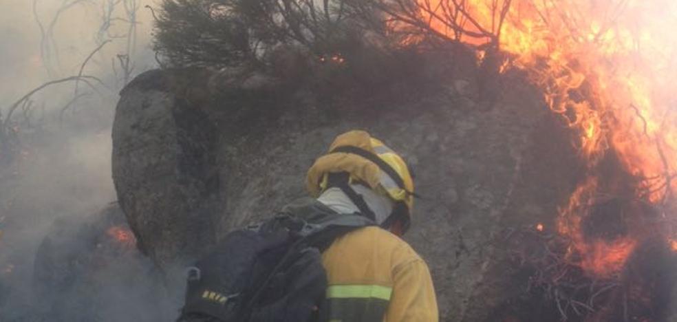 Sendos incendios obligan a desalojar parcialmente Fermoselle, en Zamora, y Navalosa, en Ávila