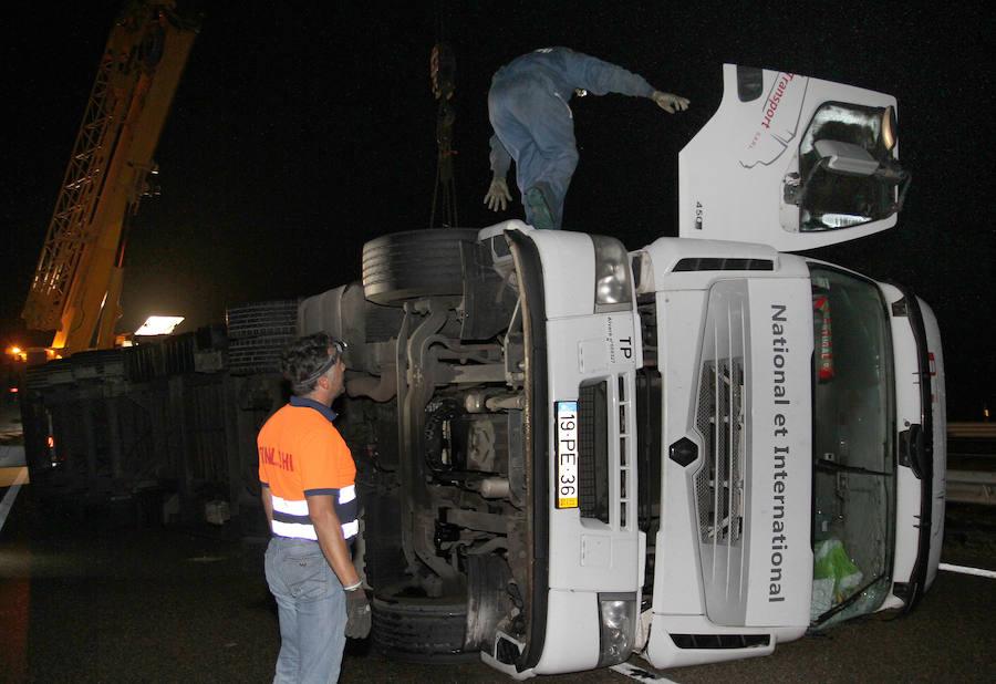 Un camión con piezas para coches vuelca y obliga a cortar la A-62 en Villamediana