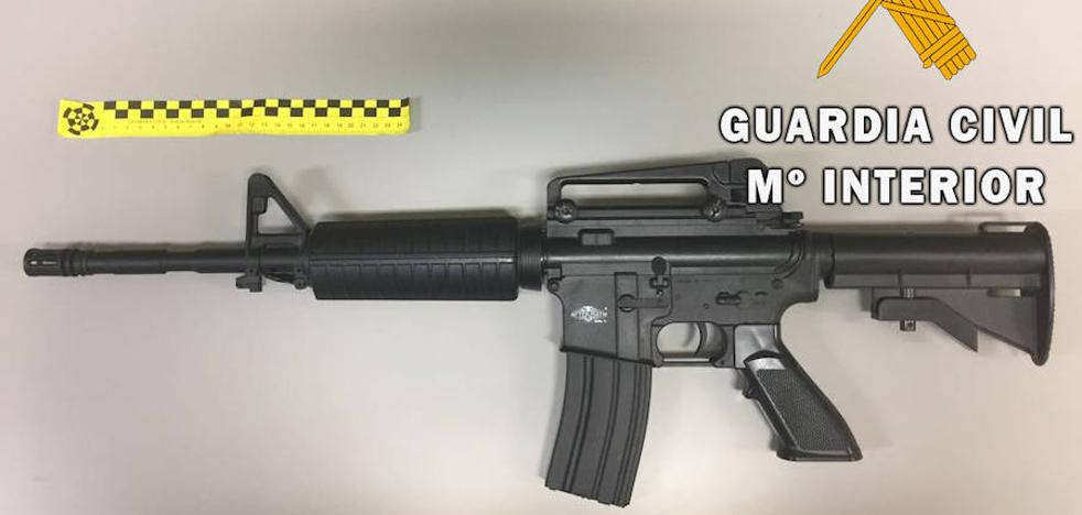 Sorprenden a un joven de 20 años con una réplica de un fusil de asalto en Alba de Tormes